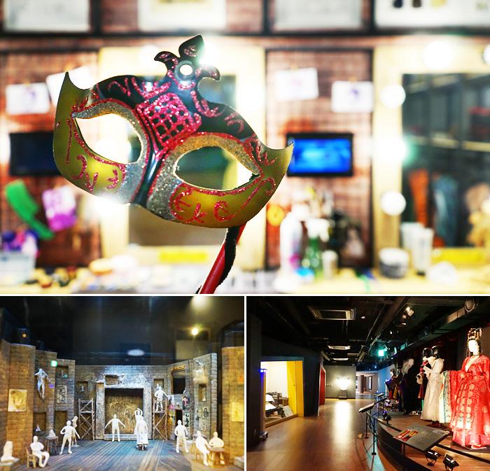На фото Музей украшен театральными костюмами и принадлежностями.